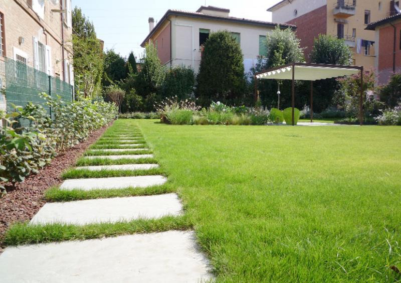 Realizzazione giardino privato bologna for Esempi di giardini